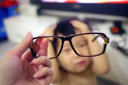 巴菲特第一次戴眼镜当书生 - 谭雅02幸福生活之大小