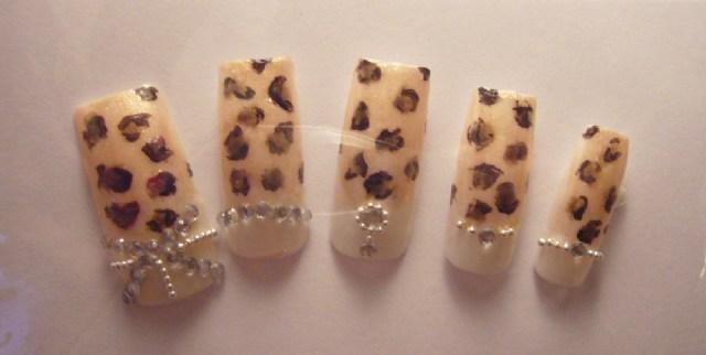 另外這作品~是利用 淺膚色打底 ~ 也是利用 電鍍珠