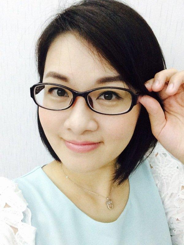 虽然戴眼镜不方便,但是有时候懒的画妆时是素颜的