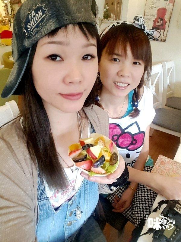 【板橋美食】Oyami cafe 義式下午茶 姊妹聚餐優選 夢幻法式童話時尚鄉村風 ~ 鮮脆水果沙拉.jpg