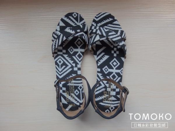 [ 戰利品分享 ] 我的第三雙 TOMS 鞋鞋 ( 黑白圖騰涼鞋 ) ~ *
