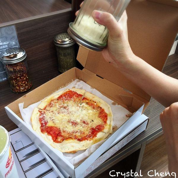 【台北美食推薦】閃電Pizza 南港園區新開幕自選配料薄片pizza 取餐速度快可惜重要的餅皮不優呀!