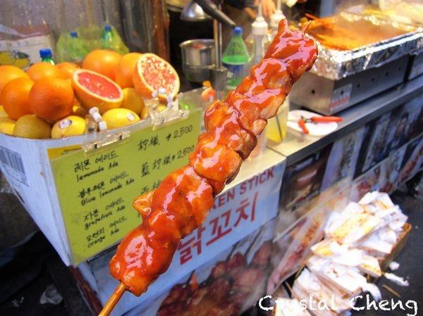 【2016首爾自由行✈弘大美食推薦】乳酪烤雞肉串 天冷就是要吃辣味雞肉串呀!(小吃 韓式 停車場街)