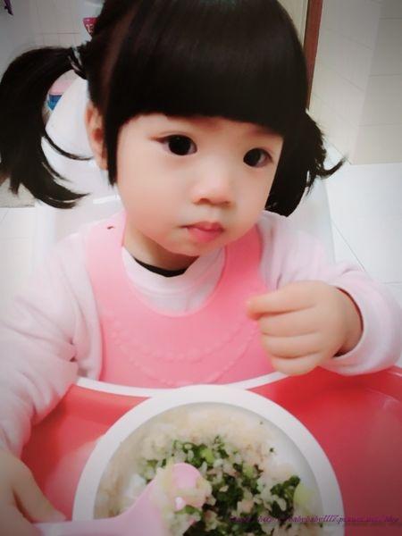 【育兒】寶寶的餐桌禮儀,一歲三個月會獨立自己吃飯分享,身教大於言教