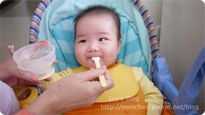 [親子] 安安@6M1D 第一口副食品