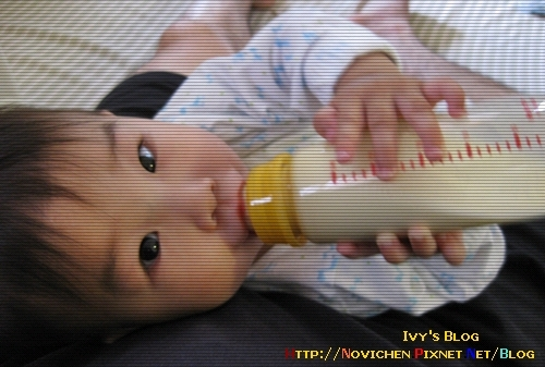 [10M2W] 5/30 小豆仔學會自己喝奶了