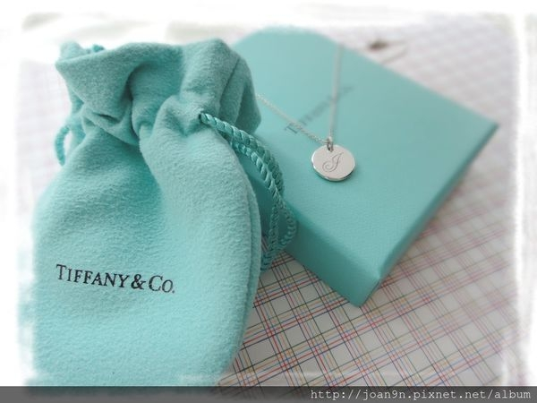 《禮物》TIFFANY&Co. 圓牌字母 J純銀項鍊