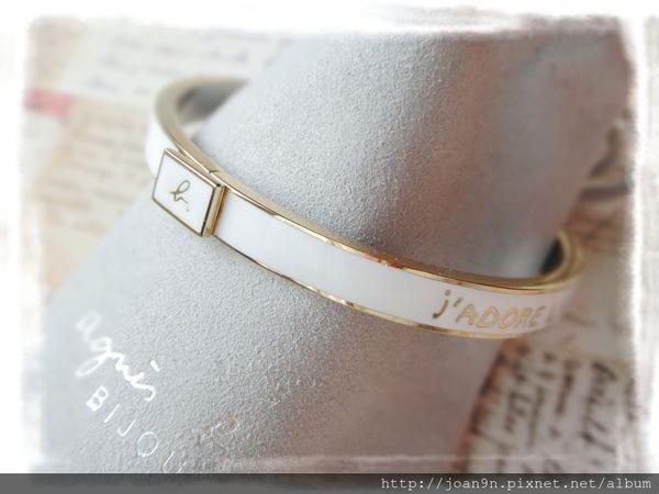 《禮物》agnes b. 草寫b文字方塊按壓鈕扣手環