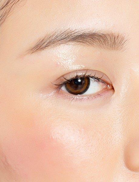 將眉毛與眼睛的距離拉近
