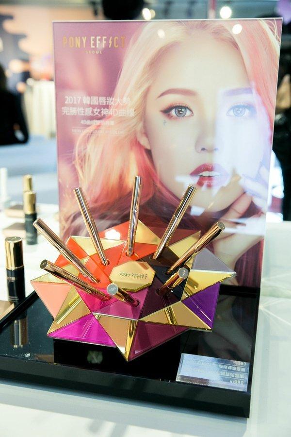 最潮MEMEBOX春季新品上市_PONY EFFECT 4D曲線雙頭唇筆 (共8色) 唇膏1.2g 唇筆0.2g NT$990.jpg