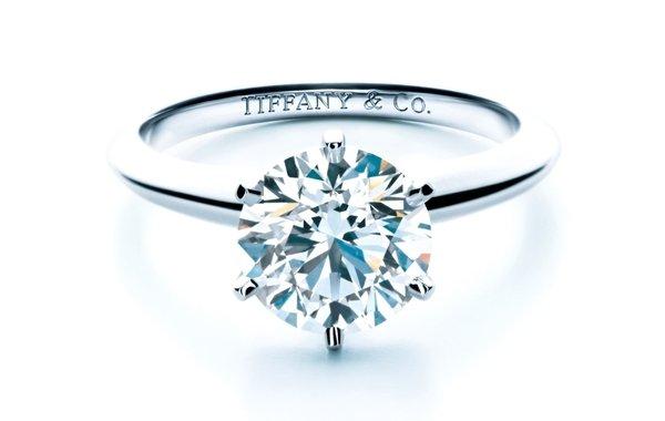 kiZmfsoLsM. The Tiffany Setting 六爪鑲嵌鑽戒.jpg