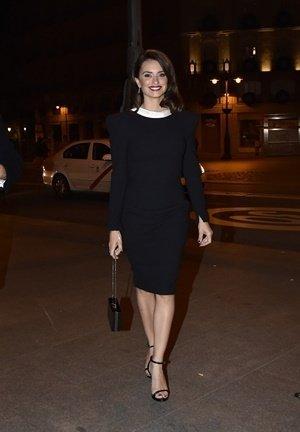 西班牙女星潘妮洛普克魯茲(Penelope Cruz)穿著Versace黑色復刻洋裝搭配Versace黑色手拿包與高跟涼鞋參加西班牙私人派對.jpg