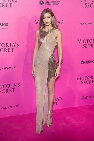 超級名模吉吉哈蒂德(Gigi Hadid)穿著Atelier Versace高級訂製禮服出席維多利亞的秘密秀後派對.jpg
