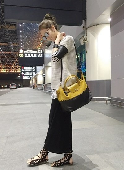 侯佩岑身揹Longchamp 包前往巴黎時裝週.jpg