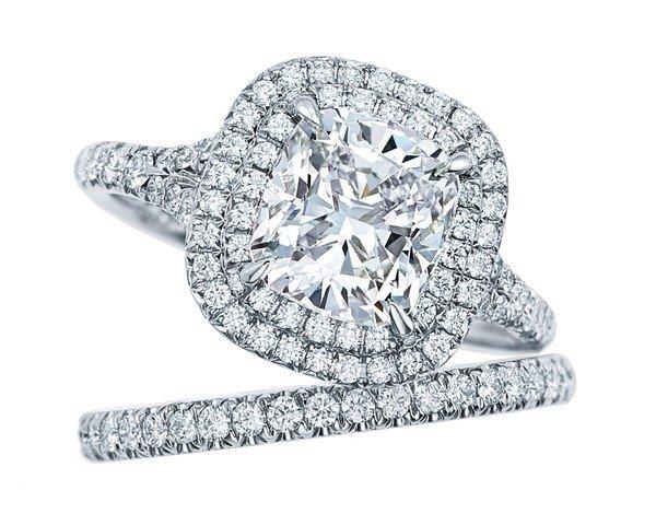 8BtuSgN2Eo. Tiffany Soleste枕形切割鑽石鉑金戒指與結婚戒環.jpg