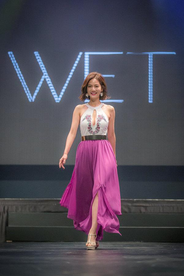 【新聞畫面】WET品牌大使曾之喬著WET2017新品登上伸展台(Aztec Island_Sophia_$7,800),展現優雅自信魅力.jpg