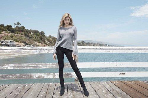 【UNIQLO新聞圖】UNIQLO女裝高腰煙管褲 獨一無二絕對筆直 美腿再延伸.jpg