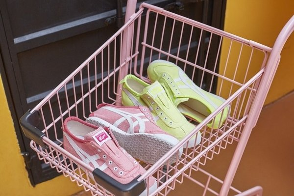 Onitsuka Tiger「MEXICO 66 SLIP-ON」無鞋帶系列充分展現夏季鞋履應該有的輕鬆感與粉嫩色系_女款形象圖.jpg