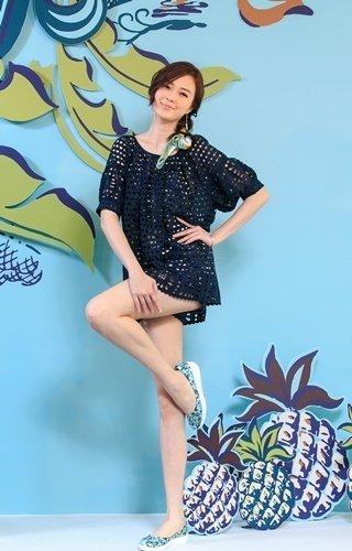 【FitFlop 新聞圖片】名模吳品萱展示 FitFlo loves Anna Sui 聯名款  布面印花  水色  定價$4,850-2.jpg