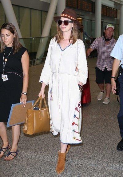 Anne Hathaway 手提 托特包現身多倫多國際機場.jpg