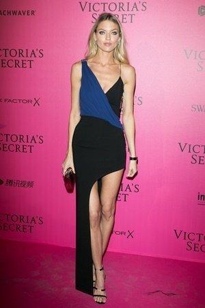 超級名模瑪莎杭特(Martha Hunt)穿著Versus Versace拼接禮服出席維多利亞的秘密秀後派對.jpg