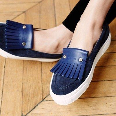 5. 莫卡辛鞋再次引領女鞋市場,Longchamp以優雅的雙色、雙材質打造拼接質感的平底鞋.jpg
