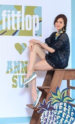 【FitFlop 新聞圖片】名模吳品萱展示 FitFlo loves Anna Sui 聯名款  布面印花  水色  定價$4,850-3.jpg