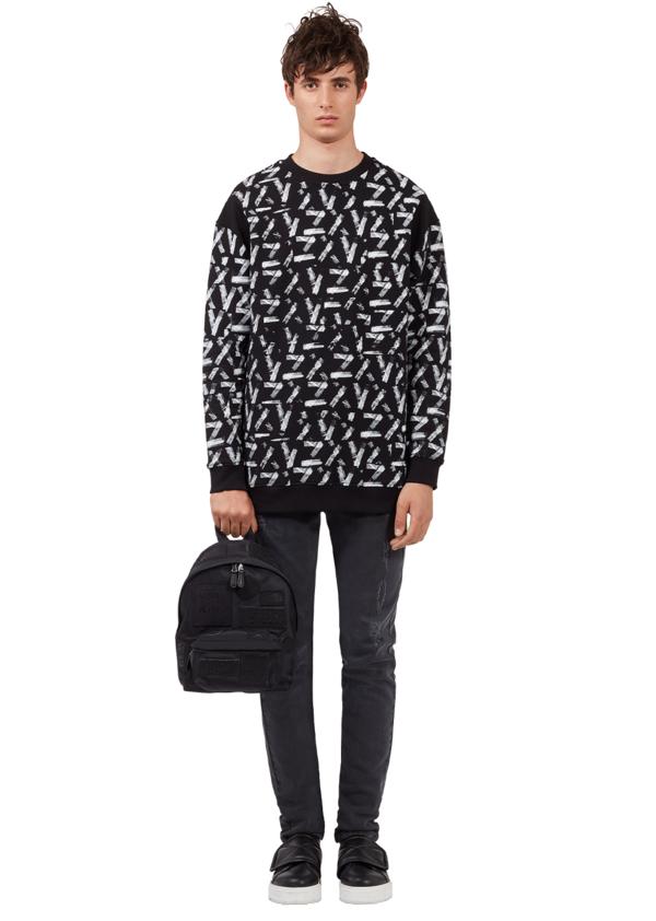 Zayn x Versus系列_黑色印花針織衫$11,000, 合身牛仔褲$10,000.png