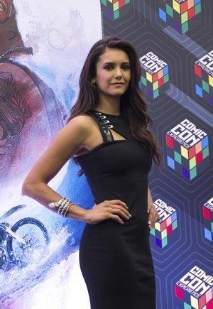 熱門影集吸血鬼日記女星妮娜道伯瑞(Nina Dobrev) 穿著Versus Versace黑色合身洋裝參加聖保羅動漫體驗展.jpg