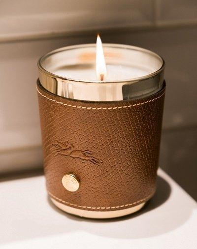 【新聞資料圖】呼應《鬼怪》劇中吹熄蠟燭的經典橋段,Longchamp特別為劉仁娜準備象徵法式精緻風格的Le Pliage系列皮革香氛蠟燭.jpg