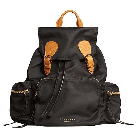 BURBERRY 大款黑色「Rucksack」後背包,售價52,000元.jpg