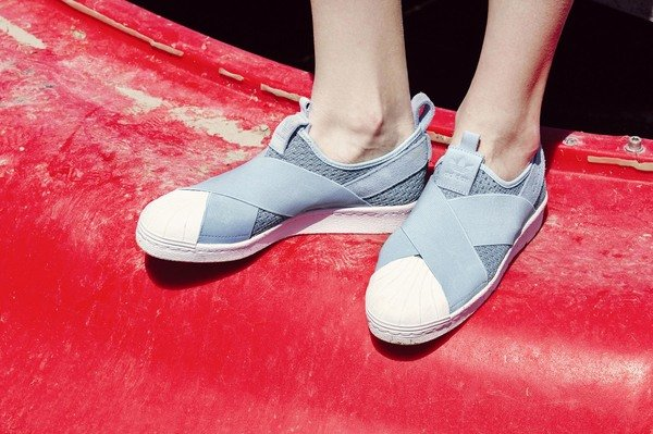 adidas Originals SUPERSTAR SLIP-ON W NTD3,290 女鞋鞋款情境照-1.jpg