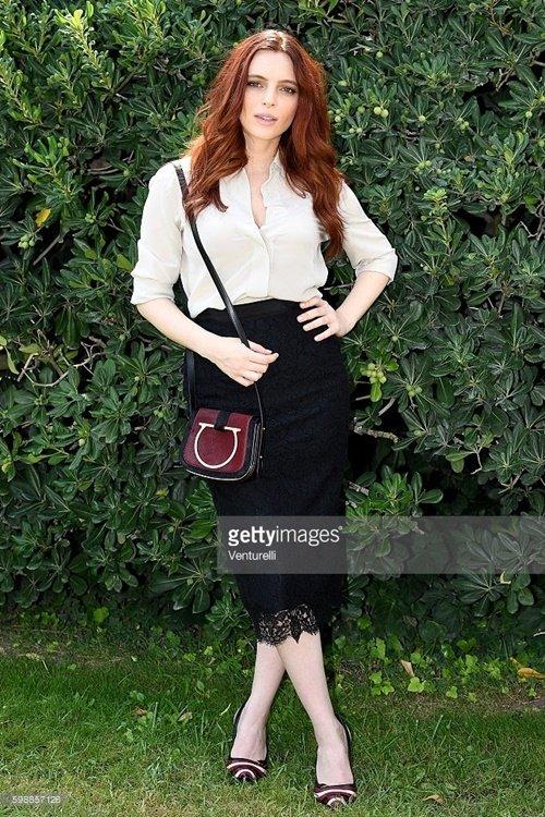 義大利女星Miriam Dalmazio 米莉安達莫肩背SABINE酒紅色牛毛肩背包及穿著紅色與粉色異材質拼接高跟鞋出席電影「Cafp.jpg
