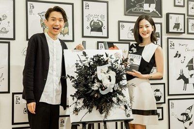 附圖三 藝人曾之喬特地現身站台,送上黑白系列花的畫作,祝福Cherng出道五週年快樂。.jpg