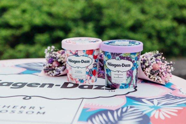 Häagen-Dazs今年更再度攜手熱愛花卉的知名英國設計品牌Kitty McCall,以櫻花及薰衣草的外觀特性與元素,激盪出全新藝術春裝,打造視覺與味覺交融的雙重極致饗宴!_01.jpg