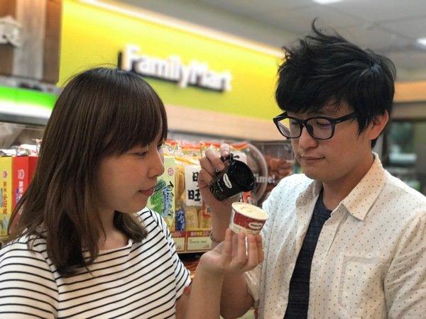 消費者可將義式咖啡倒入冰涼的冰淇淋中,苦與甜交合後,每口都是甜蜜滋味。.JPG