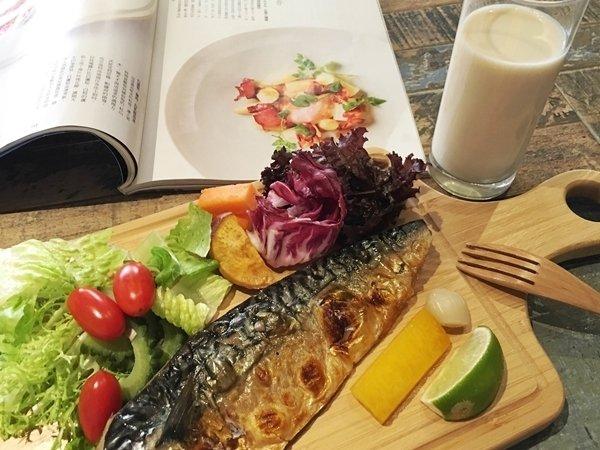 平穩心情魚類搭配無加糖的高纖豆漿,減肥也能心情愉悅.jpg