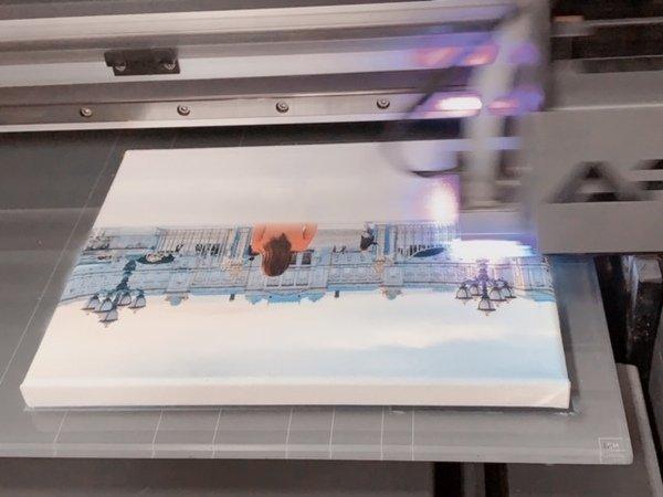 無框畫製作特寫-UV直噴機