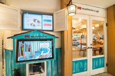 11.嚕嚕米主題餐廳開幕初期暫不開放訂位,每日11點半開始排隊入場及號碼牌發放,門口將設置螢幕顯示入店號碼。.JPG .jpg