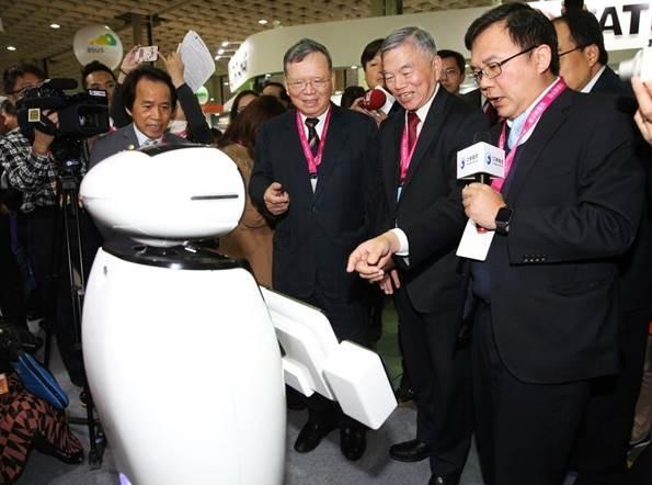 中華電信打造智慧城市 iBobby迎賓機器人超吸睛