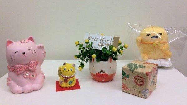 [日本雜貨] 暖樂 好喜歡這張照片!!  有發現亮點嗎??!! 粉色櫻花水鑽貓咪存錢筒~