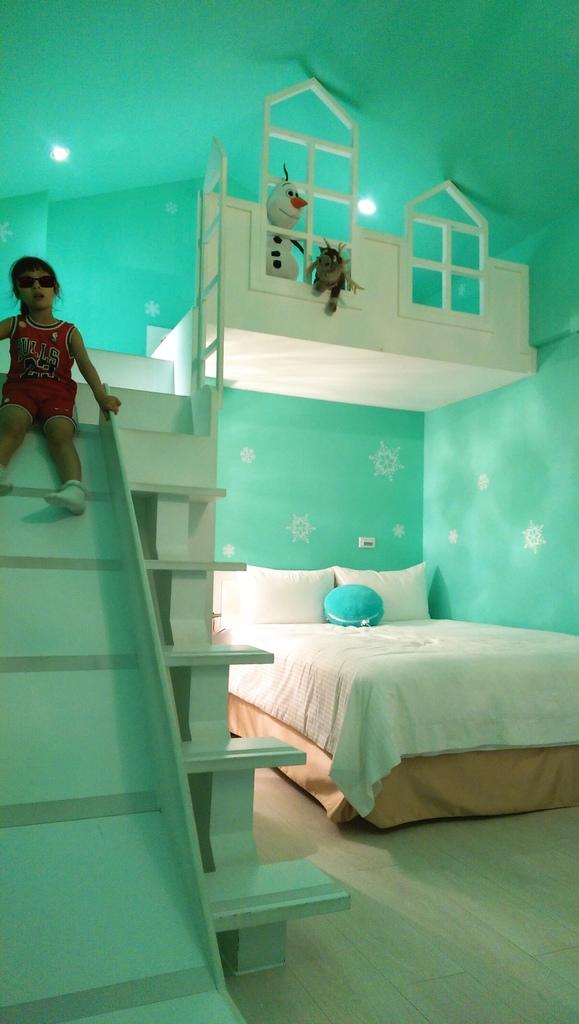 【住宿心得老實說】宜蘭員山鄉。童心園親子民宿「冰雪奇宮」房型~有電動跑車、跳跳床...但還有很多進步的空間
