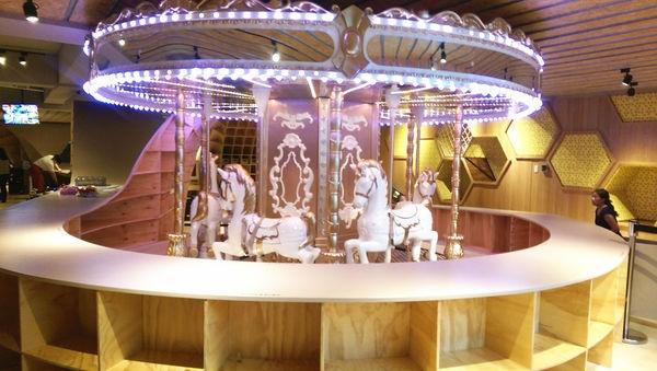 【台北。親子餐廳】高質感的Money Jump親子餐廳---有夢幻旋轉木馬、溜滑梯球池、動力沙、嚕嚕車....好吃又好玩!