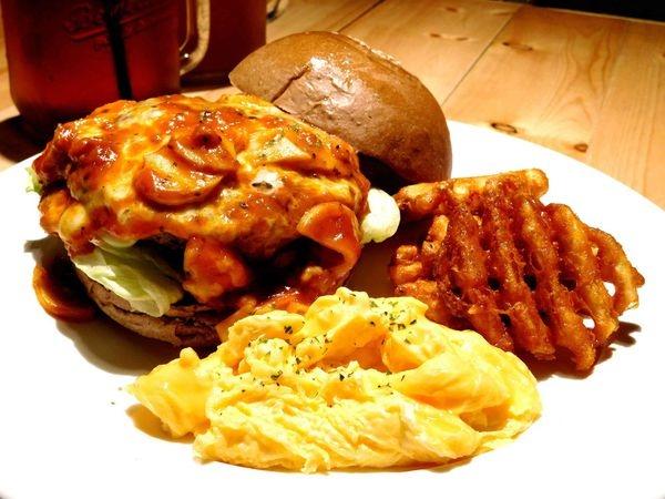 【台北東區】Stan & Cat 史丹貓美式餐廳 -漢堡真的好好吃!!超有特色的口味!!好吃的牛肉漢堡+冰涼的爽口飲料!!台北一定要吃的美式漢堡餐廳!!