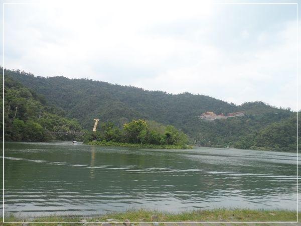 跟著爸爸去旅行~二天一夜宜蘭之旅~第五站~梅花湖~坐著南瓜車環湖去~