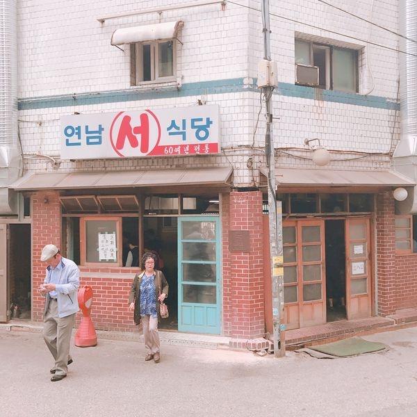 [2017 首爾女子旅] 就算排很長也非吃不可 新村站著吃烤肉
