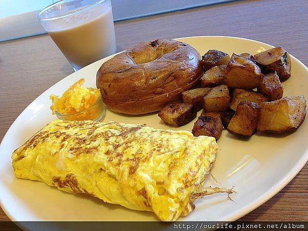 逢甲.150元軟嫩可口又清爽的蕃茄嫩雞歐姆蛋@小陽台早午餐(+wifi)