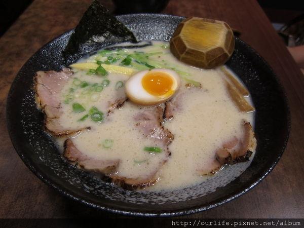 台中深夜食堂.湯濃麵Q肉大塊的豚骨叉燒拉麵@阪田拉麵
