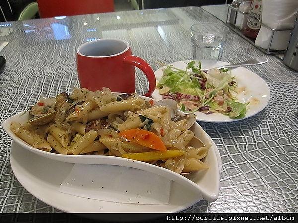 台中.蛤蠣筆管麵很給力但服務費給的很幹@伯朗區美式茶餐廰