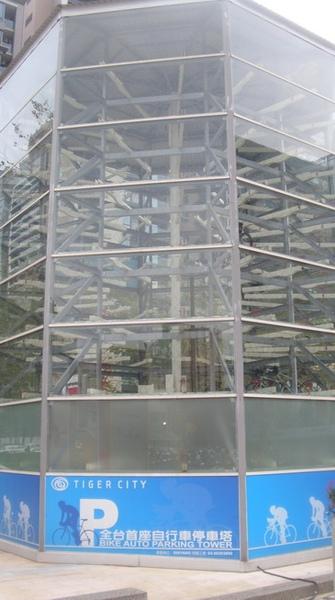 腳踏車也能逛街@老虎城.自行車停車塔